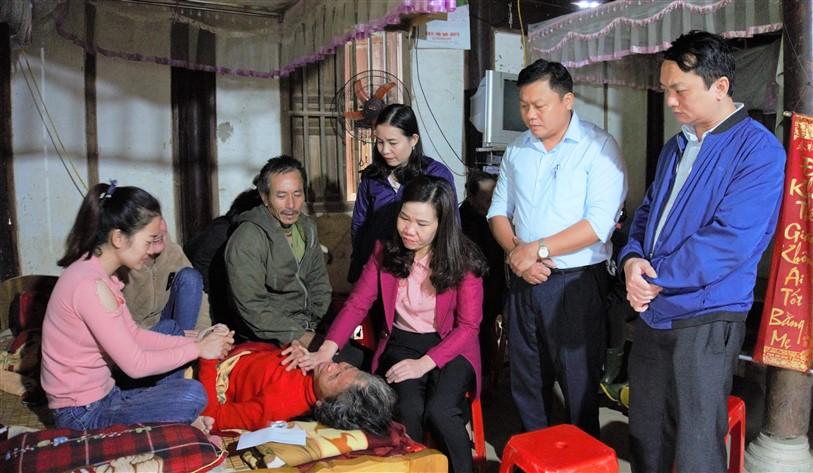 Cơ quan, công đoàn Huyện ủy thăm hỏi, động viên gia đình chiến sỹ Cao Văn Thắng gặp nạn trong vụ sạt lở đất tại khu vực đóng quân của Đoàn 337