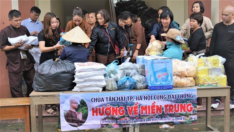 700 suất quà đến với người dân vùng rốn lũ Hương Khê