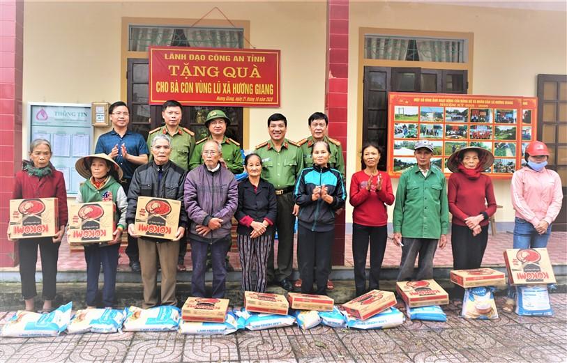 Giám đốc Công an tỉnh tặng quà lũ lụt tại Hương Khê.