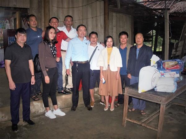 Công ty Lốp xe Việt Thái và các nhà hảo tâm tặng quà cho gia đình khó khăn tại Hương Đô.