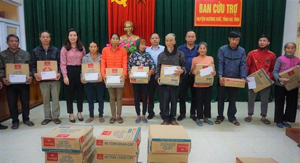 Tạp chí Nhà đầu tư tặng 60 suất quà cho nhân dân Hương Khê.