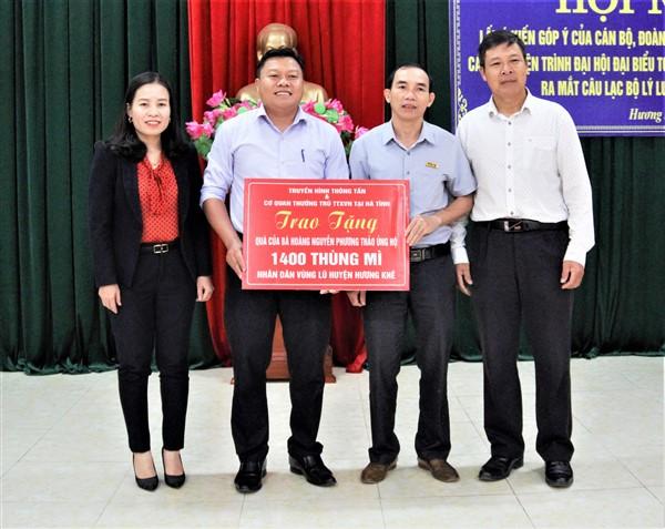 Cơ quan Thường trú TTXVN tại Hà Tĩnh trao 1.400 thùng mì tôm hỗ trợ nhân dân vùng lũ Hương Khê