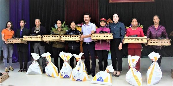 Hội LHPN huyện trao con giống vật nuôi hỗ trợ hội viên.