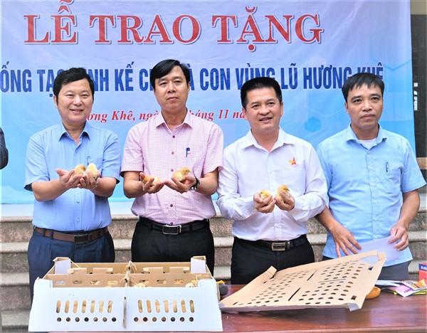 Trao tặng 5000 con gà giống tạo sinh kế cho người dân vùng rốn lũ xã Điền Mỹ