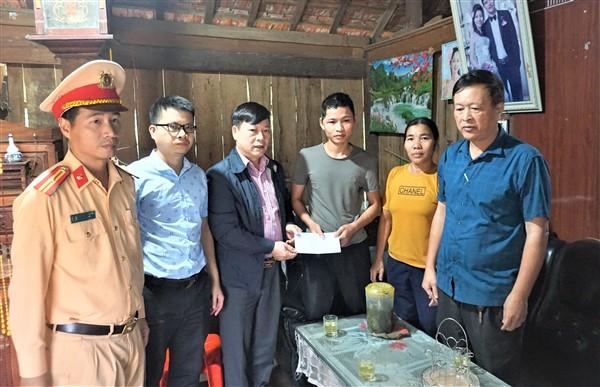 Ban ATGT tỉnh và huyện thăm hỏi động viên gia đình nạn nhân bị TNGT ở Hương Khê.