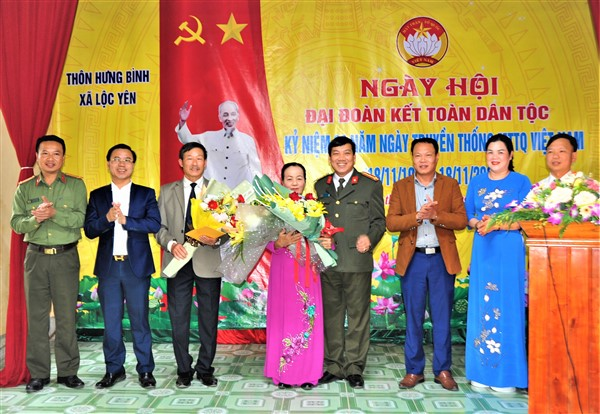 Giám đốc Công an tỉnh dự ngày Đại đoàn kết tại Thôn Hưng Bình, xã Lộc Yên.