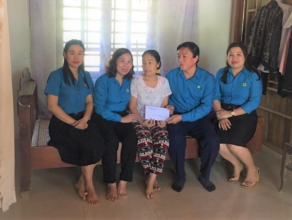 LĐLĐ huyện: Trao 6 suất quà, động viên gia đình đoàn viên ngành giáo dục, có người thân bị bệnh hiểm nghèo