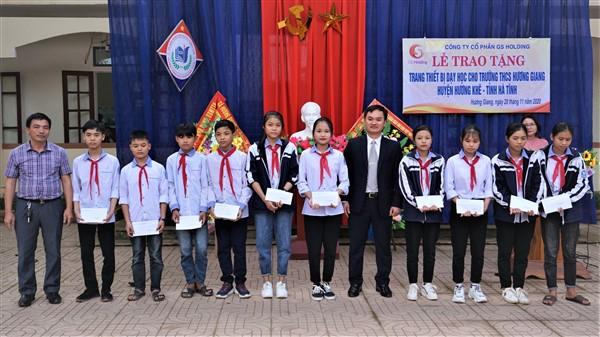 Trao thiết bị dạy học và học bổng cho học sinh ở trường THCS Hương Giang