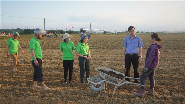 Phó Chủ tịch UBND huyện Phan Kỳ, kiểm tra chỉ đạo sản xuất vụ Đông tại xã Điền Mỹ.