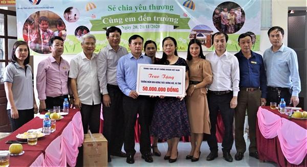 Trung tâm lưu ký chứng khoán Việt Nam trao 120 triệu đồng ở Hương Khê