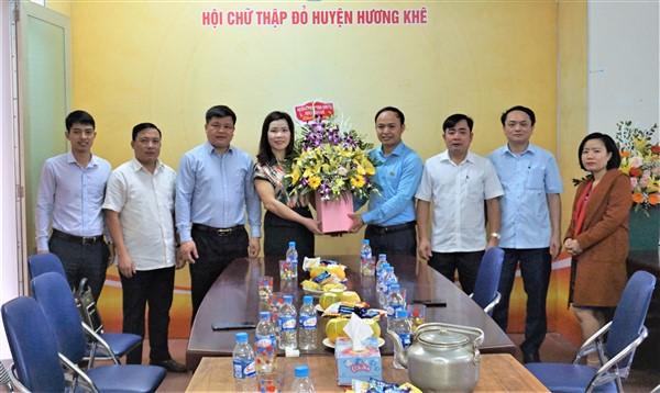 Lãnh đạo huyện tặng hoa chúc mừng Hội Chữ thập đỏ
