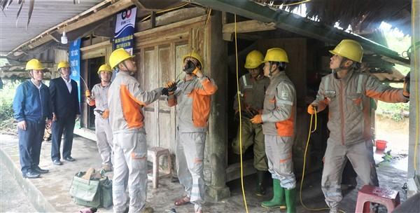 """Điện lực Hương Khê chi gần 30 triệu đồng và 40 ngày công hỗ trợ người dân trong tháng """"Tri ân khách hàng"""""""