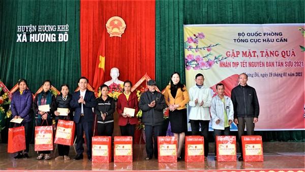 Tổng cục Hậu cần trao 20 suất quà và 2 nhà tình nghĩa cho các gia đình chính sách tại Hương Đô