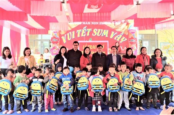 Trường Mầm non Hương Vĩnh- Vui tết sum vầy và trao quà mùa xuân em đến trường