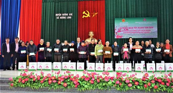 Ngân hàng Chính sách Xã hội Việt Nam tặng 150 suất quà Tết cho hộ nghèo xã Hương Long.