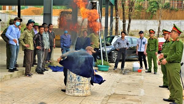 Trang bị kỹ năng phòng cháy, chữa cháy cho tiểu thương chợ Hương Khê.