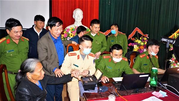 Chủ tịch UBND huyện kiểm tra công tác cấp căn cước công dân tại Hương Bình và Hương Vĩnh