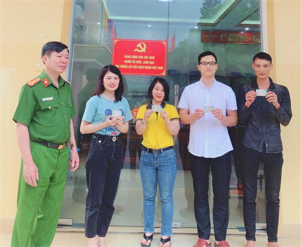 Hơn 200 công dân đầu tiên của huyện Hương Khê nhận thẻ căn cước công dân