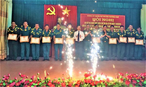 """Đảng bộ Quân sự huyện khen thưởng 5 tập thể, 6 cá nhân trong """"Học tập và làm theo tư tưởng, đạo đức, phong cách Hồ Chí Minh"""