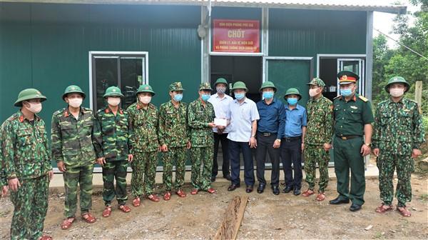 Chủ tịch UBND huyện lưu ý chọn địa điểm đặt chốt kiểm soát phòng, chống dịch Covid - 19 khu vực Đồn Biên phòng Phú Gia phù hợp.