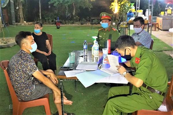 Hai cơ sở và 13 cá nhân ở thị trấn Hương Khê vi phạm công tác phòng dịch Covid-19, bị xử phạt 42 triệu đồng.