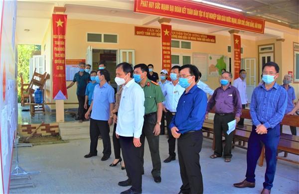 Bí thư Tỉnh ủy Hoàng Trung Dũng kiểm tra công tác chuẩn bị cho ngày bầu cử tại huyện Hương Khê.