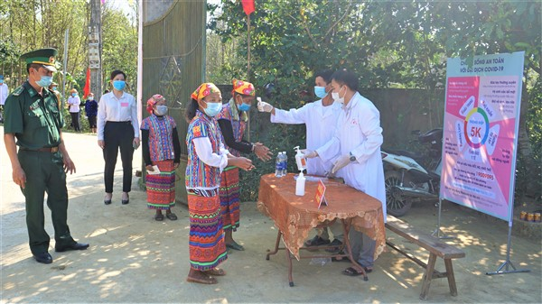 Hàng ngàn cử tri ở hai xã biên giới phấn khởi đi bầu cử