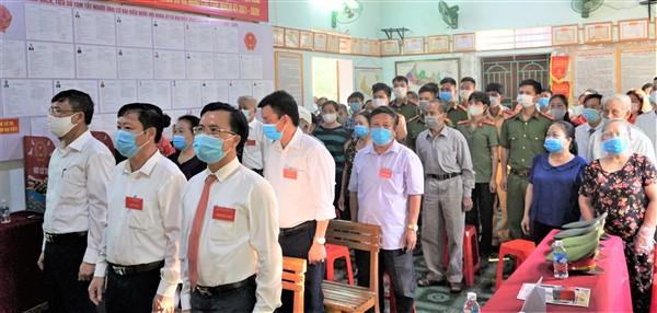 Bí thư Huyện ủy và Chủ tịch UBND huyện dự khai mạc và kiểm tra tại một số Khu vực bỏ phiếu trong huyện.