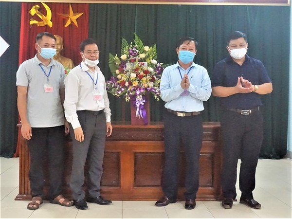 Chủ tịch UBND huyện tặng hoa động viên 3 Hội đồng coi thi vào lớp 10 THPT.