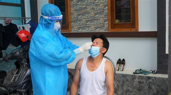 Lấy 25 mẫu xét nghiệm virus SARS-CoV-2