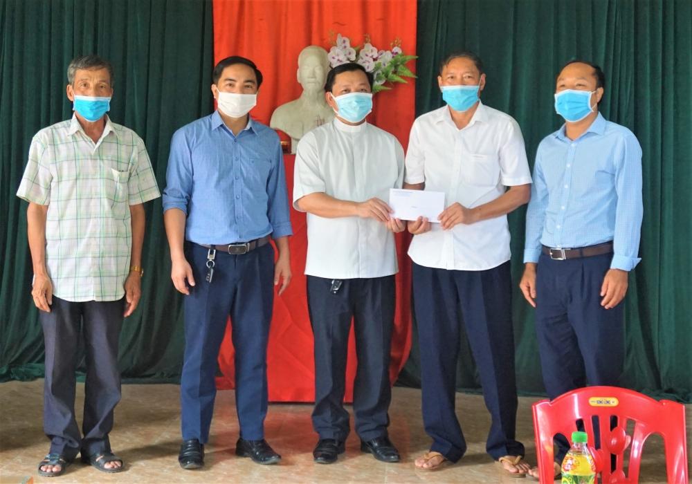 Linh mục Nguyễn Huy Hiền, quản xứ Tân Phương ủng hộ 5 triệu đồng phòng, chống dịch Covid-19
