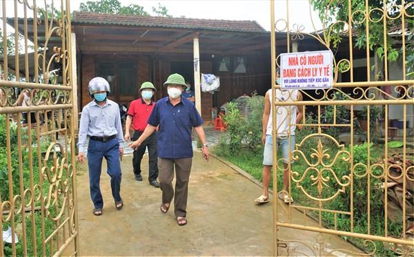 Đồng chí Chủ tịch UBND huyện kiểm tra công tác phòng chống dịch Covid-19 tại khu vực có F1.