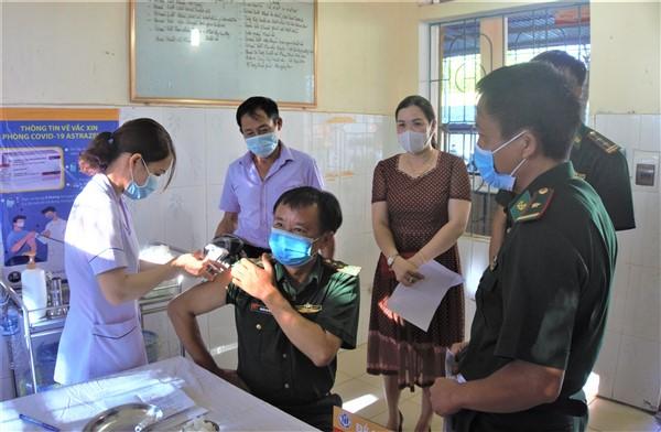Hương Khê: tiêm vắc xin phòng Covid-19 mũi 2 cho 561 người đã tiêm mũi 1