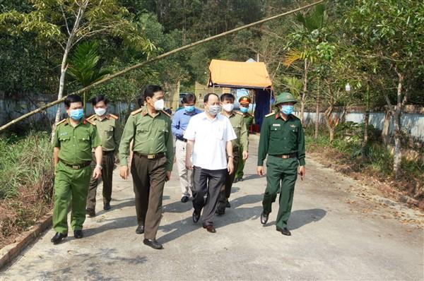 Đồng chí Võ Trọng Hải, Giám đốc Công an tỉnh và lãnh đạo huyện Hương Khê kiểm tra các khu cách ly tập trung trên địa bàn Hương Khê.