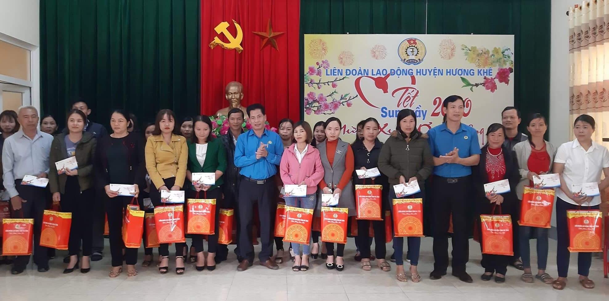 Trao hơn 500 triệu đồng cho người lao động Hương Khê