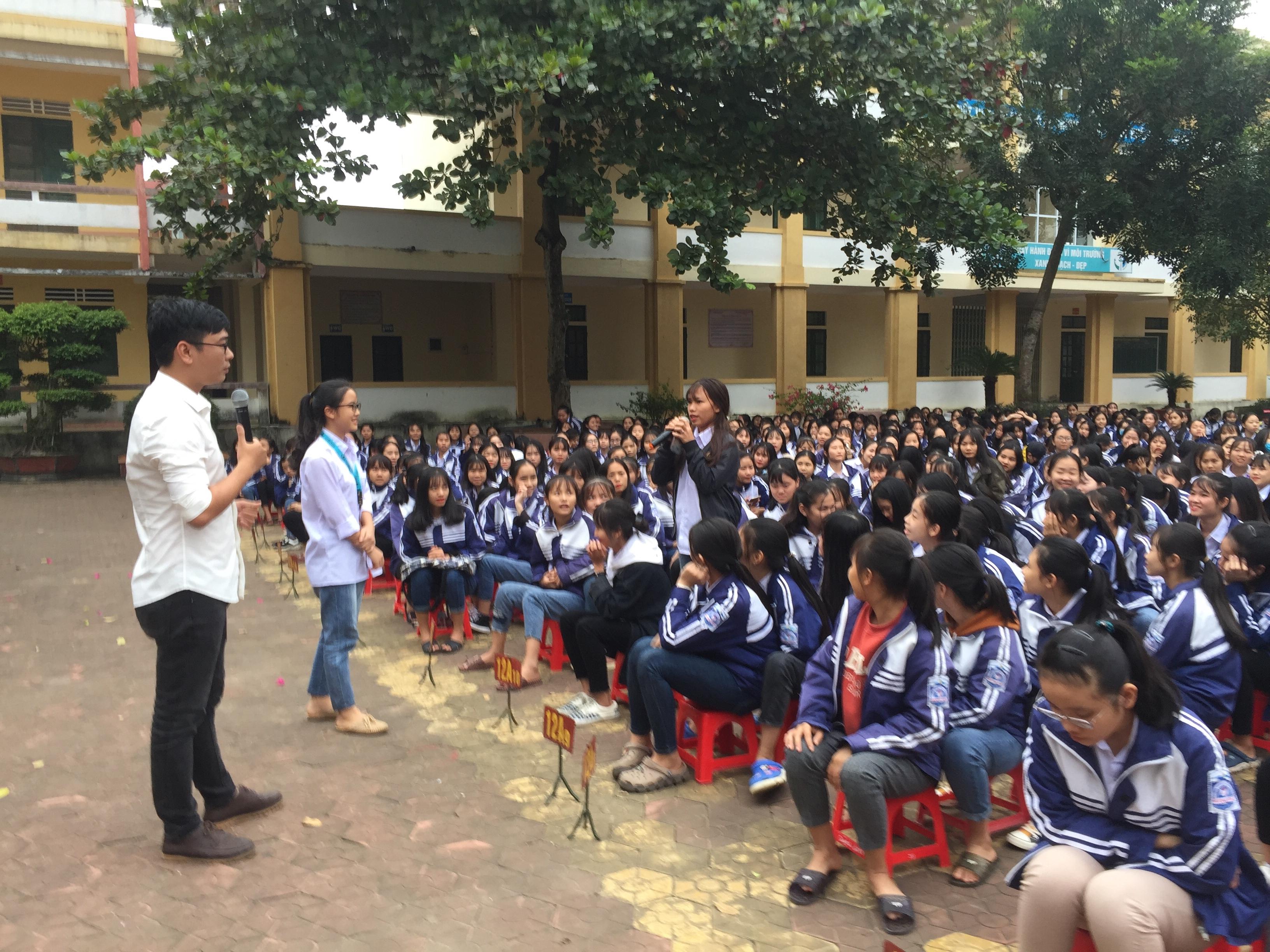 Trên 1.000 em học sinh Trường THPT Hương Khê được giao lưu, đối thoại về chủ đề sức khoẻ sinh sản vị thành niên