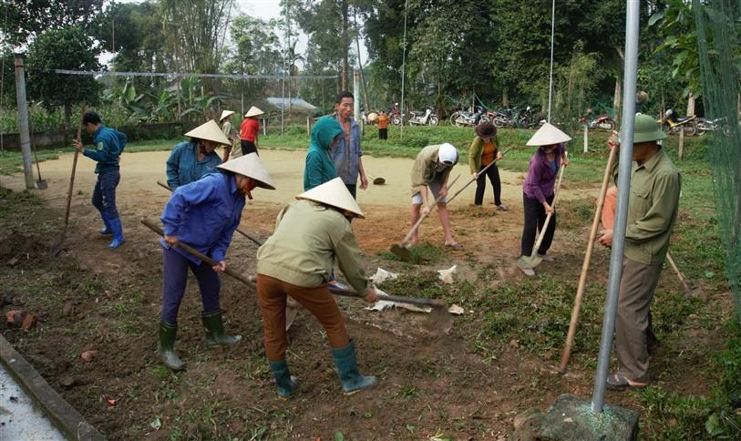Hương Bình: Sôi nổi phong trào làm đường giao thông, chỉnh trang vườn hộ, xây dựng vườn mẫu trong xây dựng nông thôn mới.