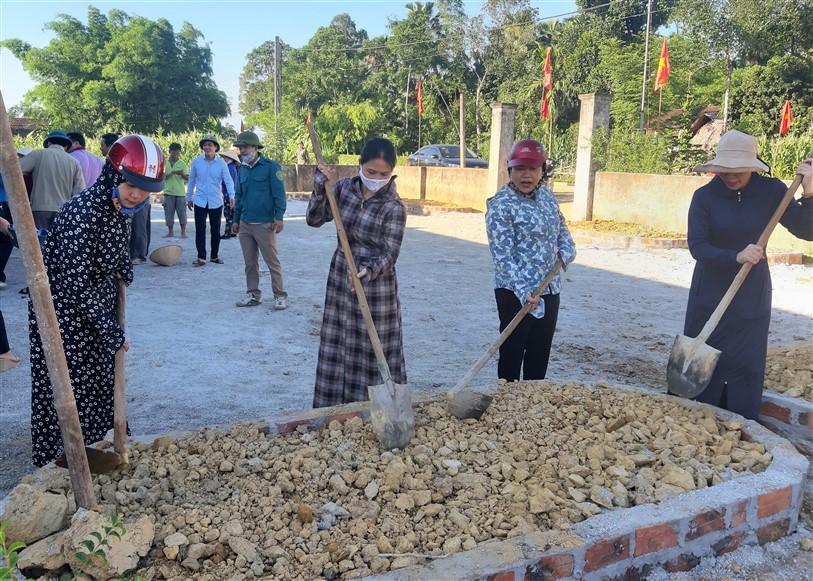 Công đoàn Huyện ủy trao số tiền 17 triệu đồng hỗ trợ thôn Bình Thành và thôn Bình Minh xã Hương Bình xây dựng NTM.