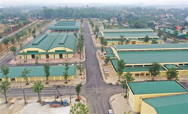 Nhà đầu tư Chợ huyện tổ chức cho các tiểu thương đăng kí bốc thăm nhận ki ốt.