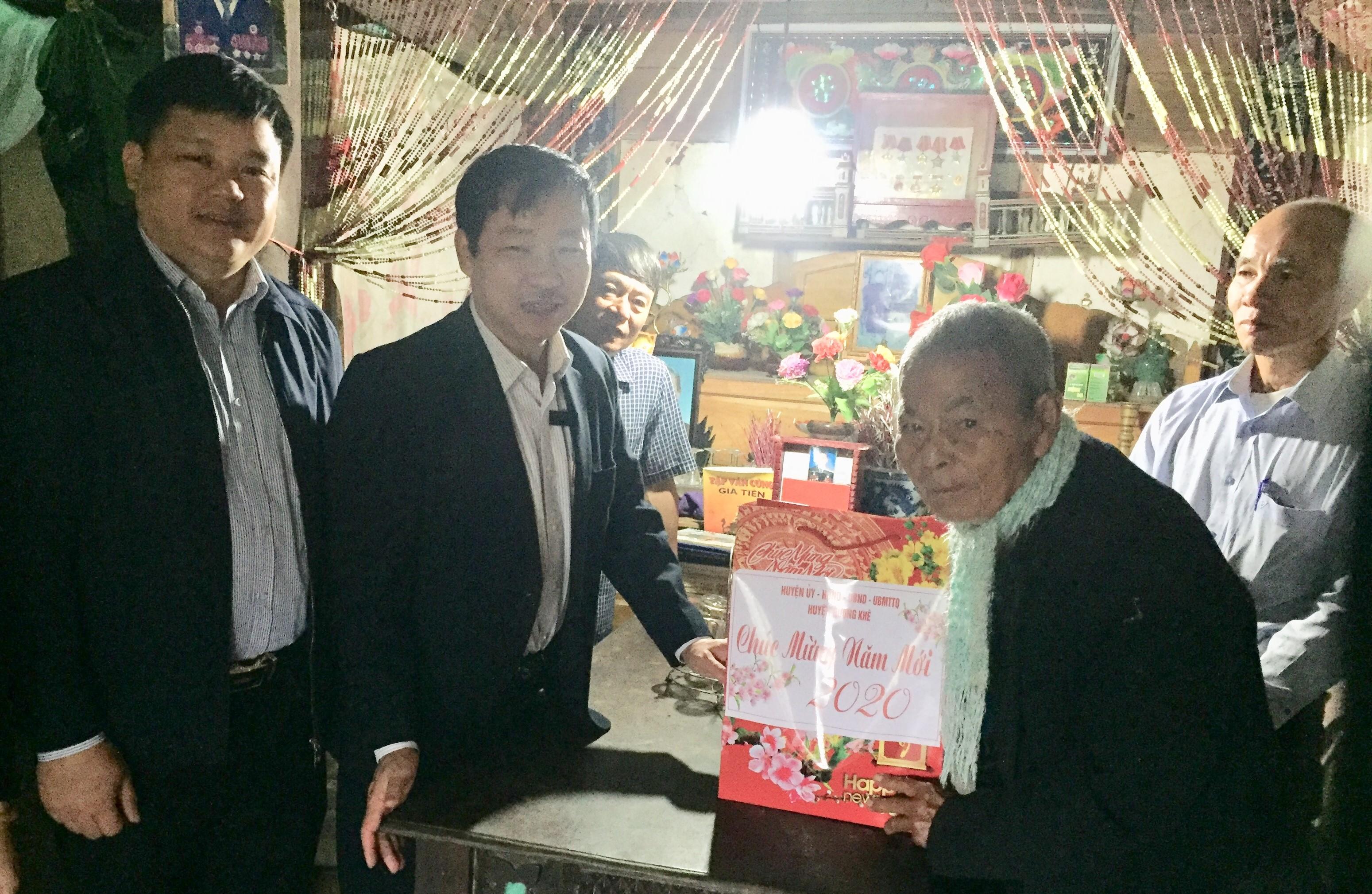 Đồng chí Ngô Xuân Ninh, Phó bí thư TT Huyện ủy quà cho Đảng viên lão thành và đối tượng chính sách xã Hương Trà và Hương Xuân.
