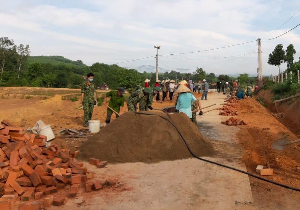 Hơn 50 Cán bộ, Chiến sỹ giúp đỡ xã Phúc Đồng xây dựng NTM.