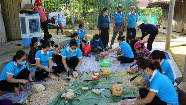 Phụ nữ Hương Khê : Quyên góp nhu yếu phẩm hướng về Nhân dân TP Hồ Chí Minh và các tỉnh phía Nam