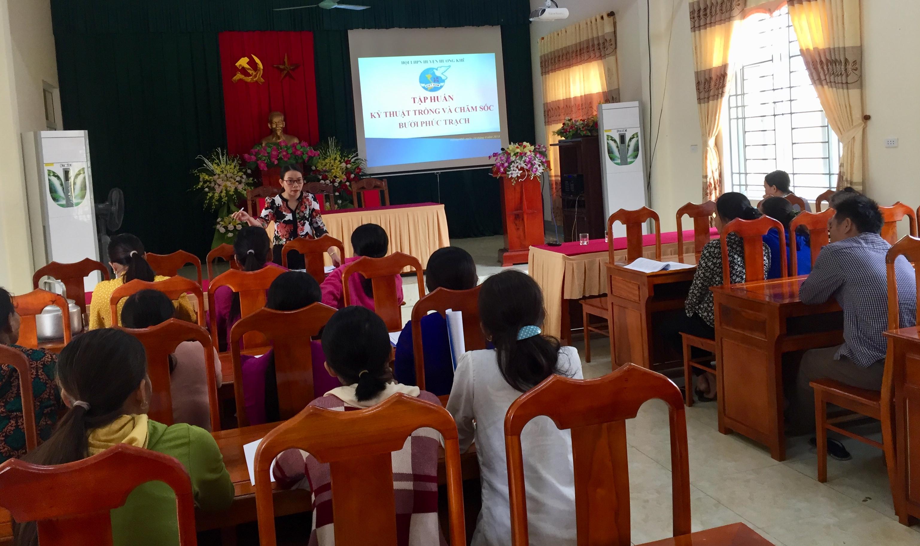 Hội Phụ nữ huyện: tập huấn quy trình kỹ thuật trồng và chăm sóc Bưởi Phúc Trạch cho 26 hội viên phụ nữ nghèo hưởng lợi từ Quỹ Từ Bi tâm.