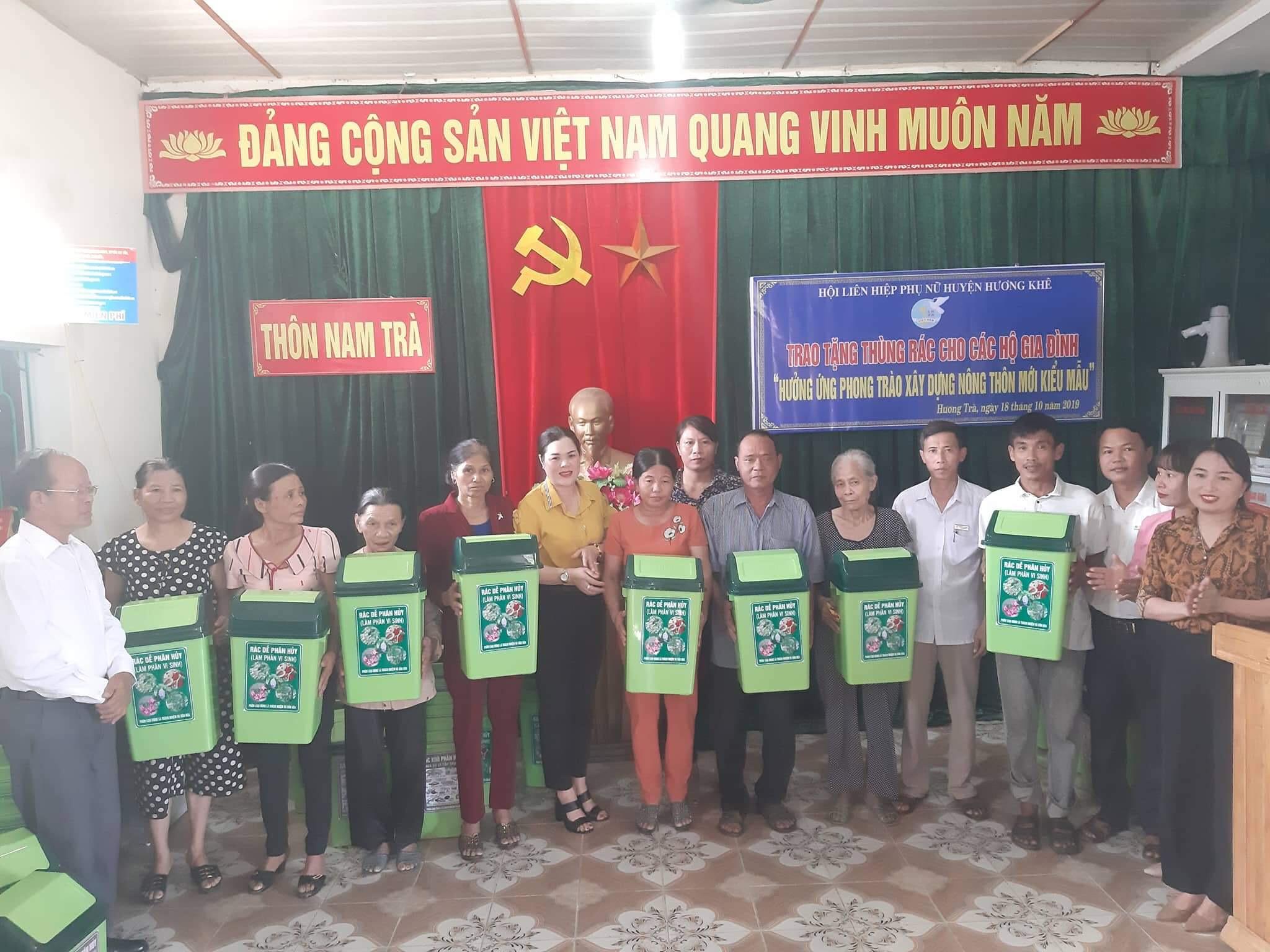 Tặng 100 thùng đựng rác cho người dân Hương Trà