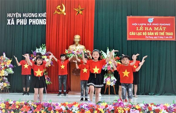 Tiết mục văn nghệ do các em học sinh Trường Tiểu học Phú Phong biểu diễn tại lễ ra mắt CLB...