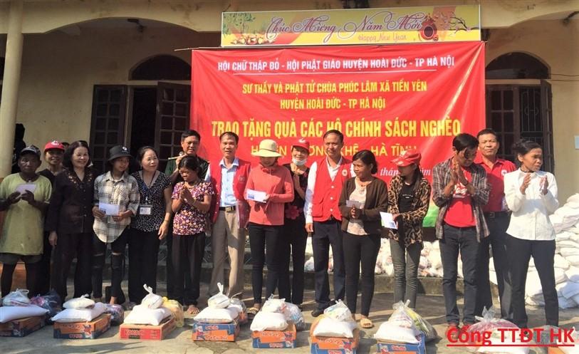 300 suất quà đến với người nghèo Hương khê Được Hội chữ thập đỏ huyện Hoài Đức, Hà Nội trao tặng