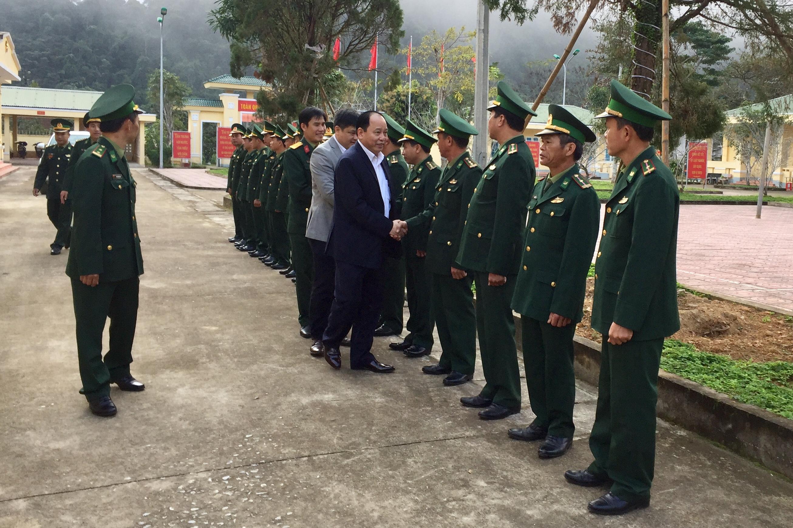 Đồng chí Bí thư Huyện ủy Đinh Hữu Tân chúc tết CBCS Đồn Biên phòng Phú Gia