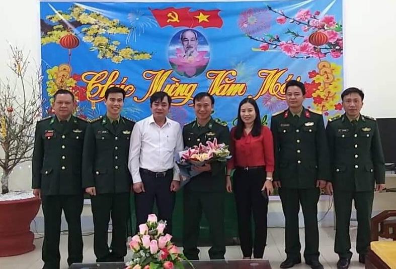 Phó Chủ tịch HĐND huyện tặng quà, chúc tết CBCS đồn Biên phòng Hòa Hải