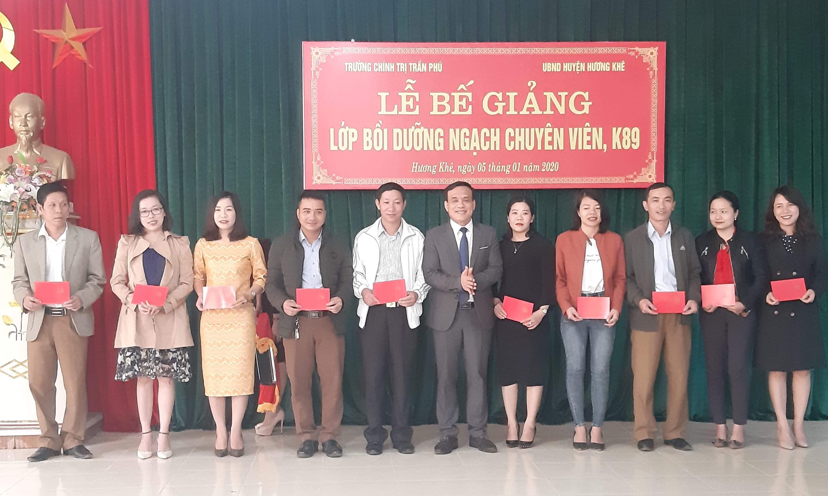 Bế giảng lớp bồi dưỡng ngạch chuyên viên khóa 89 tại Hương Khê.