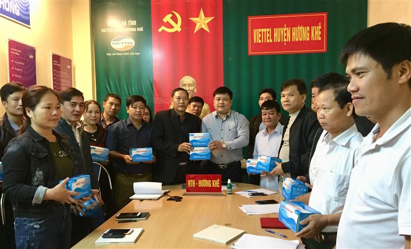Hội đồng hương Hương Khê tại Lào Cai tặng 2.500 chiếc khẩu trang Y tế cho huyện Hương Khê.